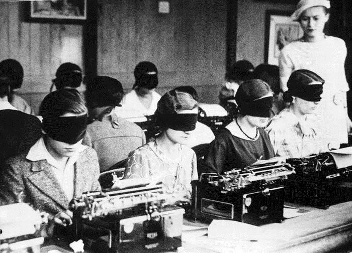 1-a-black-and-white-old-typewriter-vintage-women-favim-com-4434341